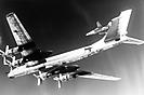 Ту-95РЦ бн 32 в сопровождении F-14 ВМС США.